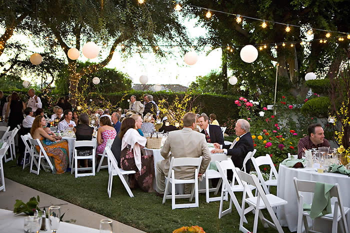 These backyard wedding decorations look cool and romantic