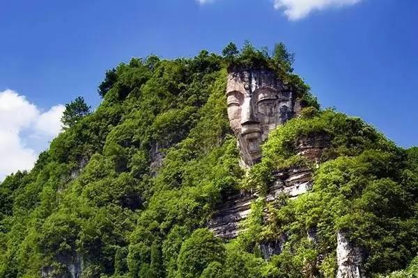 cachée plus de mille ans par la végétation, la plus grande statue de Bouddha au monde, taillée dans