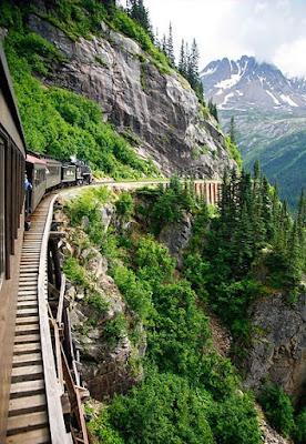 Viaje en tren a través de las montañas nevadas