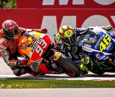 Foto Detail Insiden Rossi vs Marquez di Lap Akhir Race Assen 2015