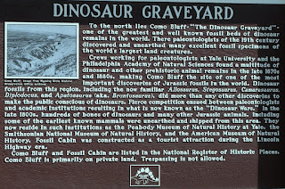 Placa en Como Bluff recordando la Gran fiebre del dinosaurio