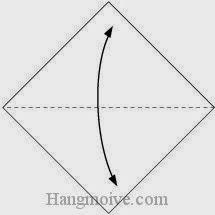 Bước 1: Gấp tờ giấy theo chiều lên, xuống để tạo nếp gấp.