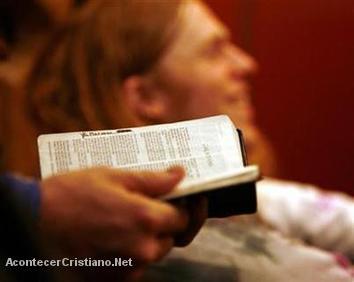 Despiden a un profesor cristiano por regalar una Biblia a un estudiante