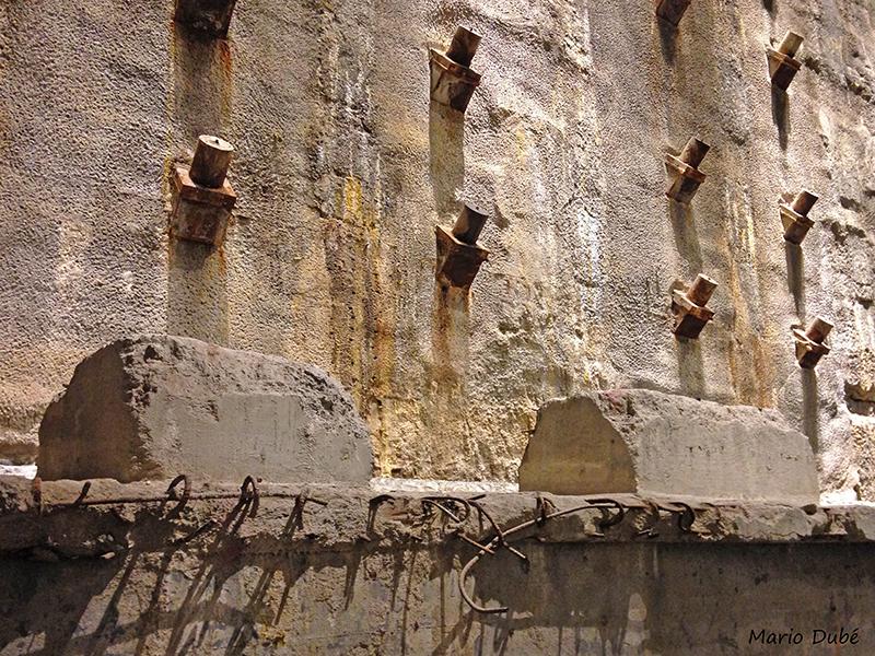 Le mur ayant servi à retenir les eaux de la rivière Hudson au musée du 11-Septembre de New York