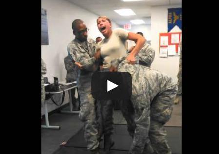 mulher-militar-testa-arma-de-choque-fail
