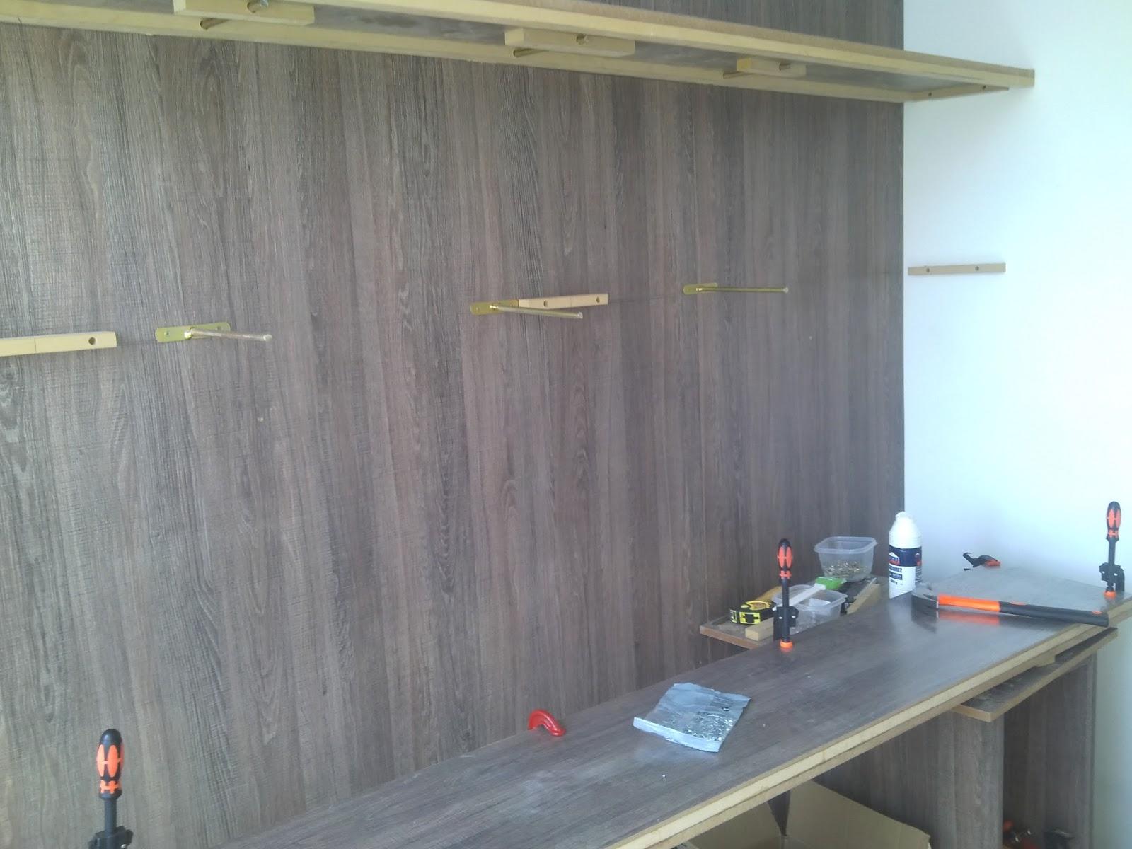 : Como é a fixação das prateleiras e da bancada do escritório #2C929F 1600x1200