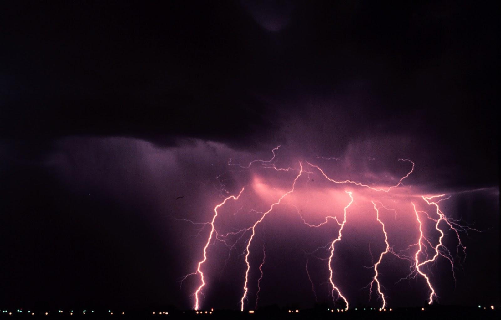 Electricitatea atmosferică este un mister - Pagina 4 150599main_lightning_photo