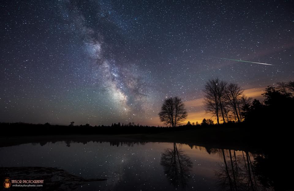 Sao băng Eta Aquarid và dải Ngân Hà. Tác giả : Mike Taylor.