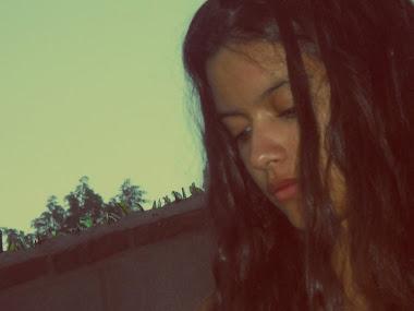 Me mientes con tu corazon, yo te miento con mis besos.
