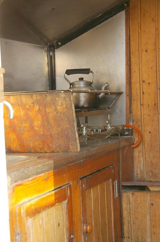 Instantes de una vida la peque a cocina de un barco pesquero for Cocinas para barcos