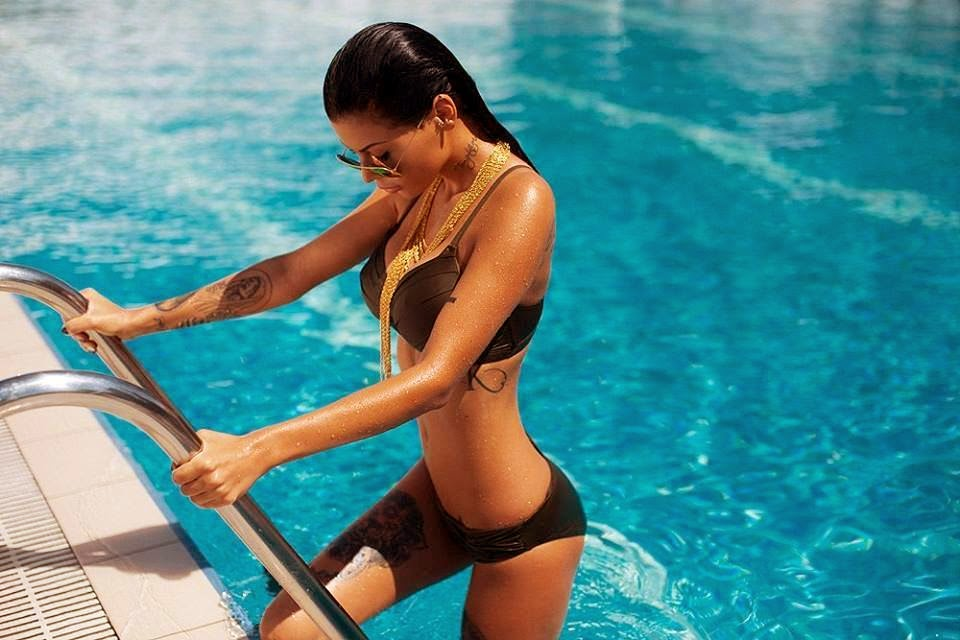 девушка фото у бассейна