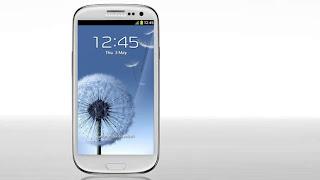 """LONDRES (CNN) — Samsung lanzó su smartphone Galaxy S III, que se espera ayude a solidificar a la empresa como el competidor de Apple y su iPhone 4S. El nuevo dispositivo, con una pantalla de 4.8 pulgadas y una cámara de 8 megapixeles, fue revelado en una fiesta de lanzamiento en Londres este jueves. Anunciado por Samsung como """"diseñado para humanos"""", el teléfono presenta tecnología de reconocimiento de ojos y voz que la empresa espera coloque al dispositivo por delante de sus rivales en el concurrido mercado de smartphones. Samsung ya superó a Nokia como el fabricante de teléfonos móviles"""