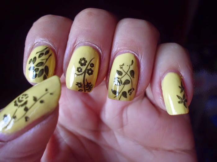 manicura amarilla estampada