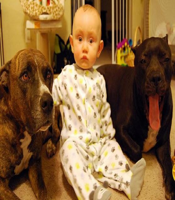 un bébé en pyjama