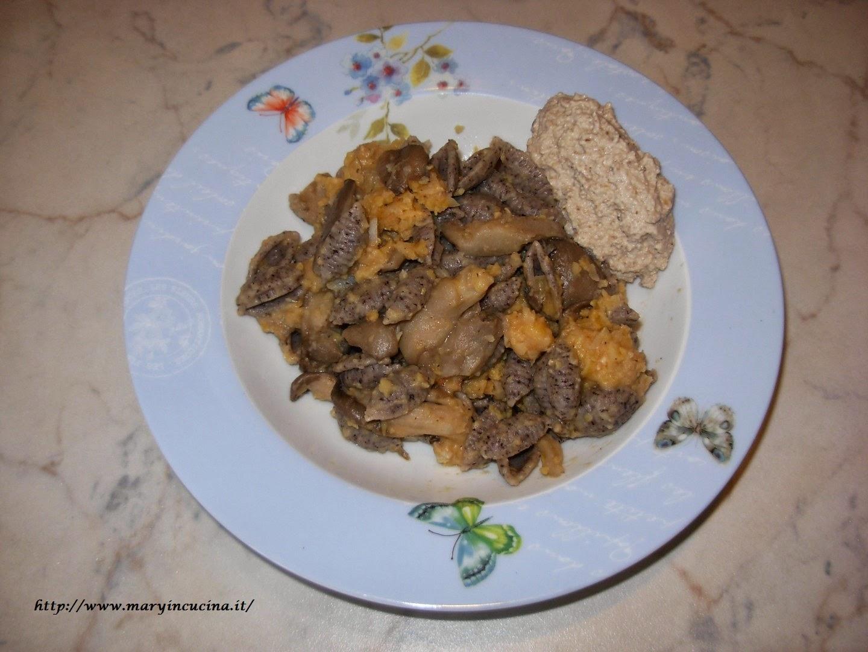 pasta con funghi e falafel con crema di funghi e noci