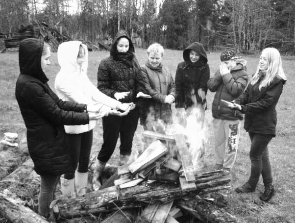 Valles vidusskolas audzēkņi un skolotāja Alda Zālmane Meža dienu pasākuma noslēgumā pie ugunskura