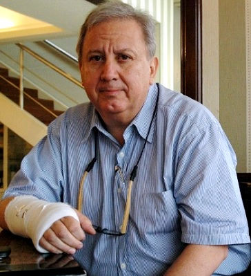 Hernán Garrido Lecca con la mano vendada