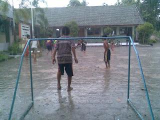 Anak Desa Sundul Bermain Hujan Hujanan
