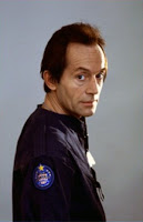 Lance Henriksen es Bishop