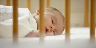 bayi lucu tidur tengkurap