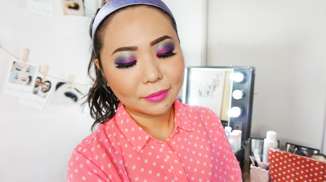How to get 80s disco makeup tutorial. Using eyeshadows from Urban Decay Electric palette and a bright pink lipstick. A colorful and bold makeup look. Learn the basic and easy makeup technique with Theresia Feegy, makeup artist and beautepreneur. How to get an easy vintage daily look and what are the perfect vintage color combination