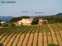 La masia de Can Carreres vista des de la Serra del Ginebrer