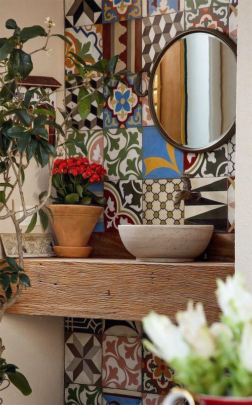 Muitas plantas no lavabo j colorido com lindos ladrilhos for Azulejos para lavabos