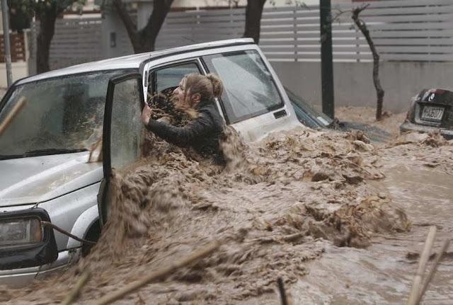 Наводнение в Греции  Фотография девушки попавшей в сильный поток воды, после ее спасения она стала, буквально, звездой экрана