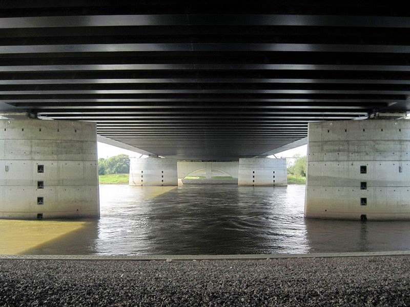 Magdeburg water bridge: The same under the bridge, Here the Elbe flows through under the Mittelland Canal.