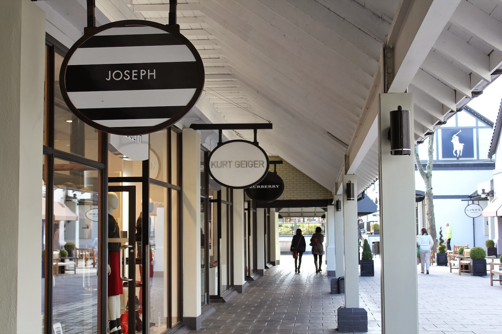 Image gallery outlets at cheshire oaks for Outlet design