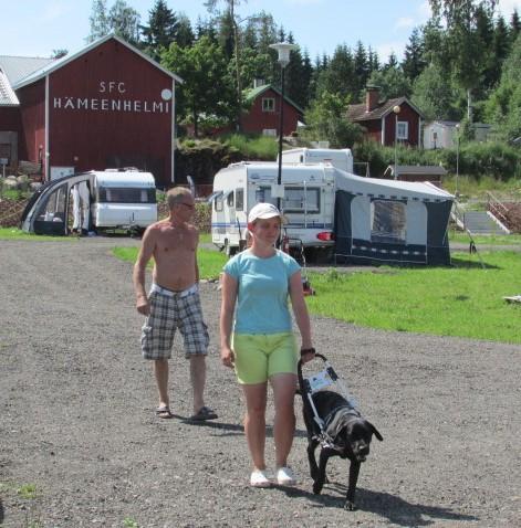 Ronja ja Birgi kävelee, taustalla vaunula