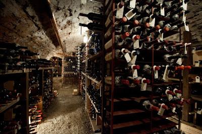 Cantina luogo interrato in un edificio preposto alla conservazione del vino.