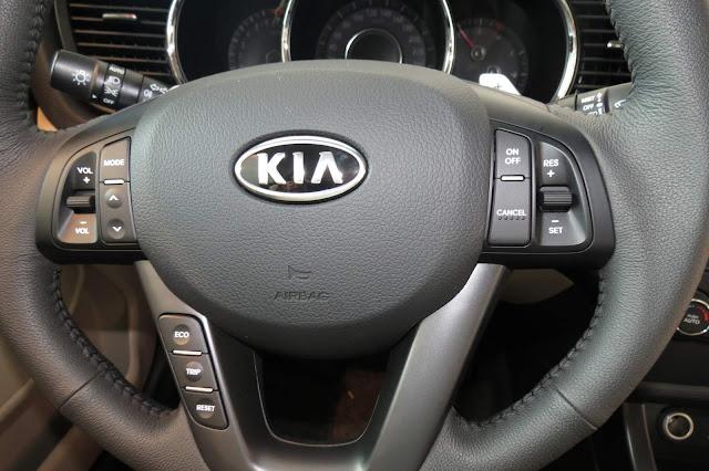 carro Kia Optima 2013 - Preto - por dentro