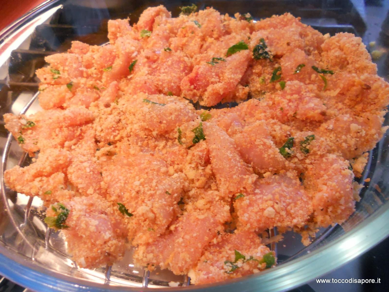 Tocchetti di pollo al gratin pronti per essere cucinati