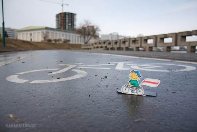patung kertas basikal di jalan raya