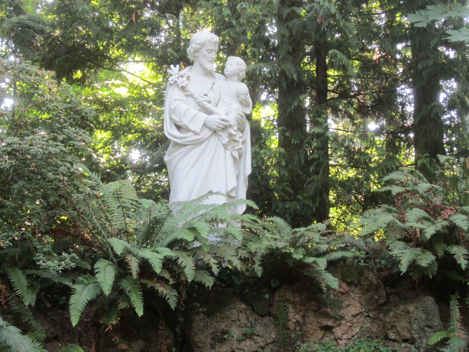 Sprouts the grotto the natural santuary of our sorrowful for Garden statues portland oregon