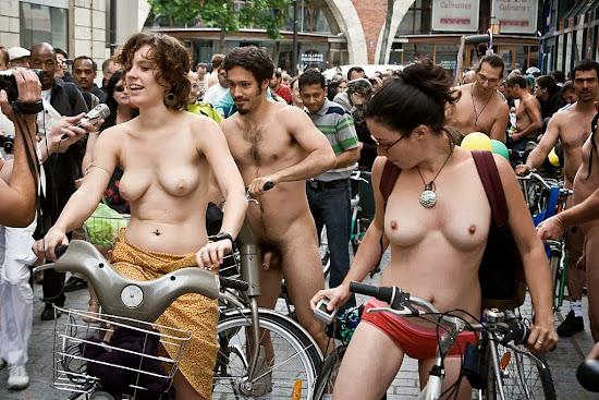 duas meninas de topless em protesto de ciclistas nus na europa