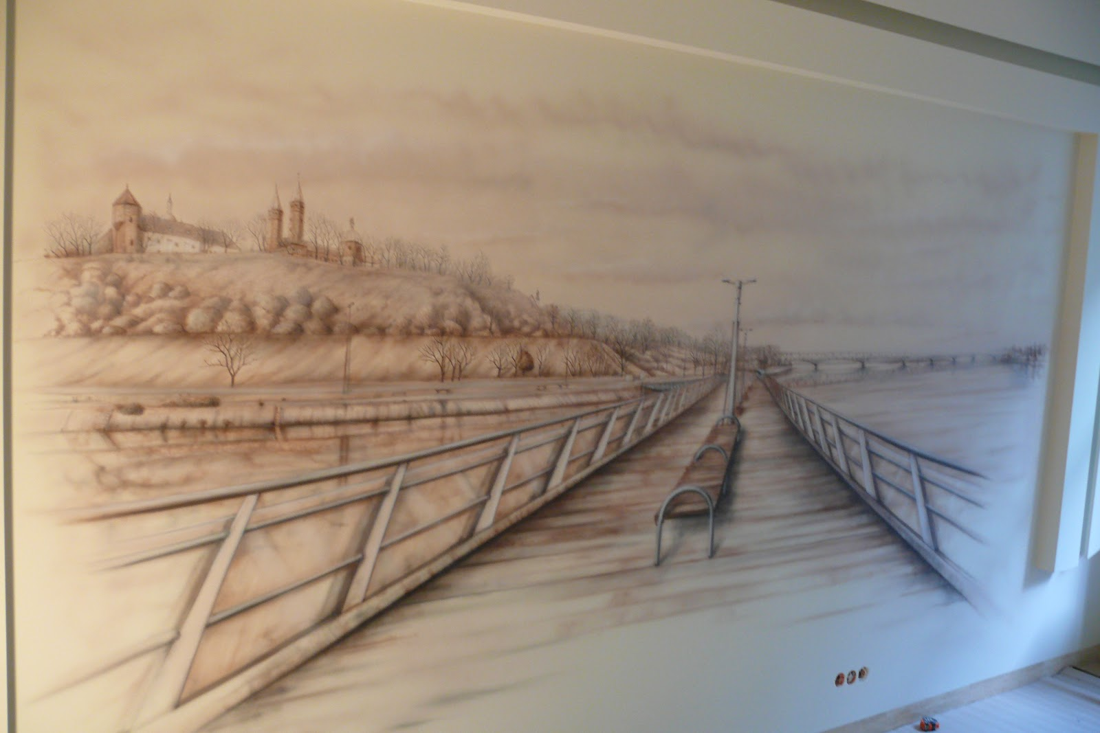 Aranzacja ściany poprzez namalowanie obrazu przedstawiającego panoramę miasta Płock