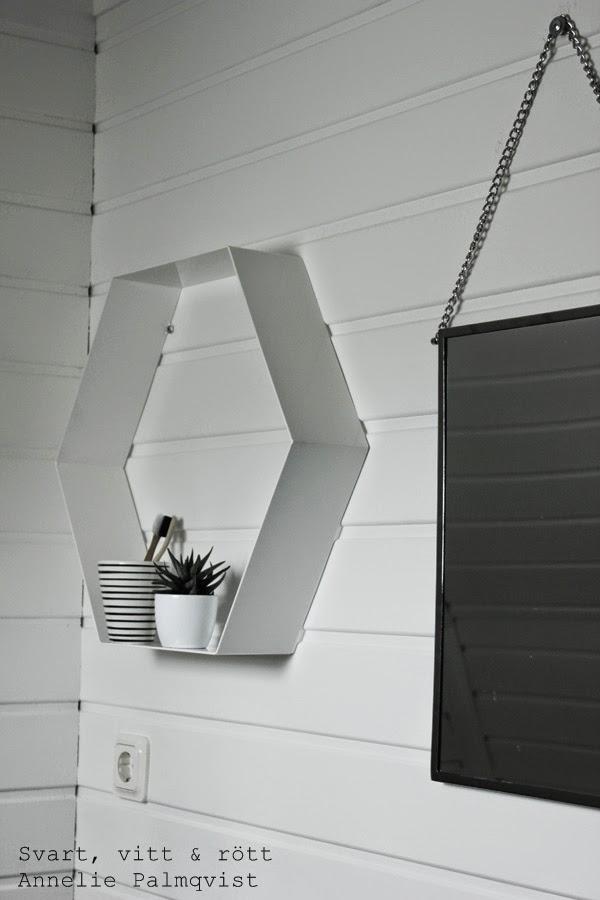 hylla, vit plåthylla, hexagon hylla, betonggruvan, webshop, vitt badrum, vitmålad furupanel, målat vitt på panelen, spegel house doctor, silver spegel, vit panel, renoverat badrum