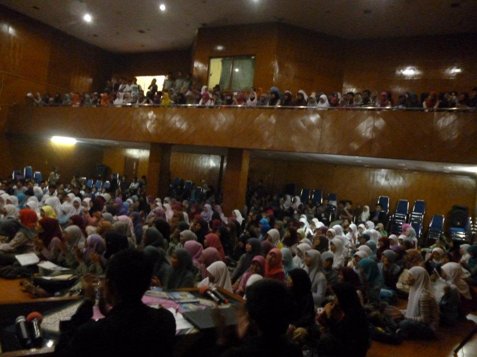 Acara bedah buku ini sangat ramai sekali, di antusiasi oleh para mahasiswa maupun siswa disekitar Banten.