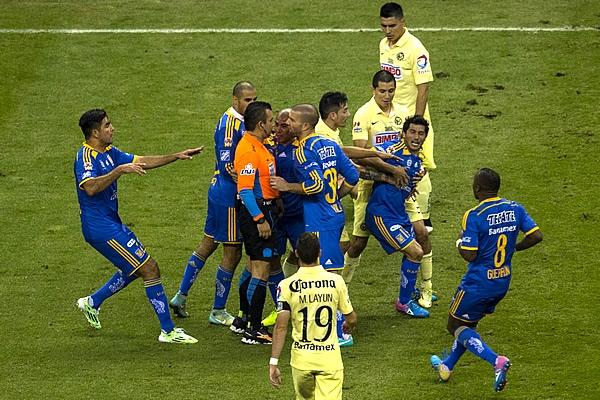 Damian Alvarez enloquece en la Final del futbol mexicano torneo Apertura 2014, al ser expulsado por Pual Delgadillo | Ximinia