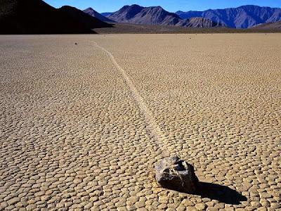 Akhirnya Misteri Batu Bergerak pun Terungkap, batu bisa jalan, batu berjalan gerak di death valley national park california mister, racetrack playa, walking stones, D-A. Blog