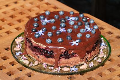 mustikka-suklaakakku mantelilla