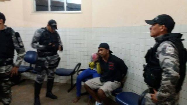 ELEMENTOS AGRIDEM POLICIAL DA CAVALARIA E VÃO PARAR ATRÁS DAS GRADES.