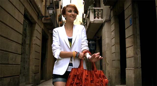 Chica paseando por la calle