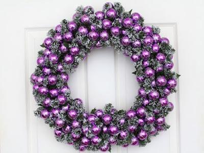 corona navideña en púrpura