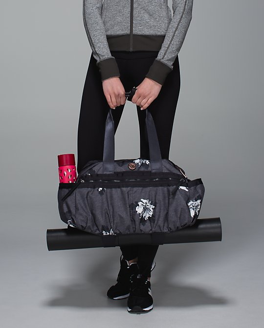 lululemon gym-to-win-duffel