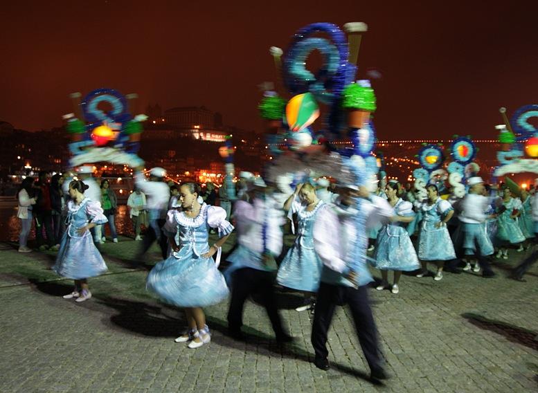 Grupo de dança actuando no Cais de Gaia com a cidade do Porto como fundo, à noite