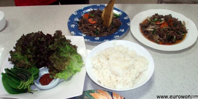 Dos platos de bulgogi, con hojas de lechuga y sésamo, y arroz
