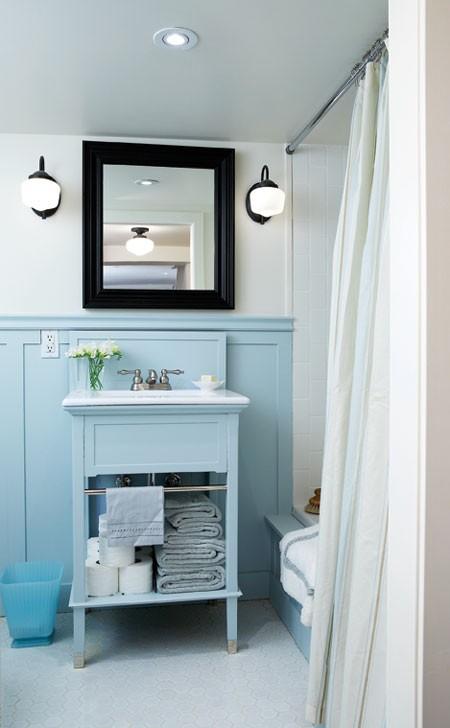 Маленькая ванная комната в голубых тонах